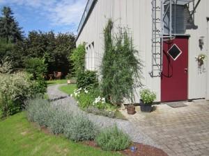 Blick auf den Eingang - zu den Abschiedsräumen und auf den Garten